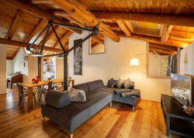 Con le nostre case vacanza scopri un dialogo inedito tra città e montagna: lo chalet alpino di città, nel centro di Aosta. Ideale per chi vuol fare sci in Valle d'Aosta, sulle piste e sugli impianti di Pila.